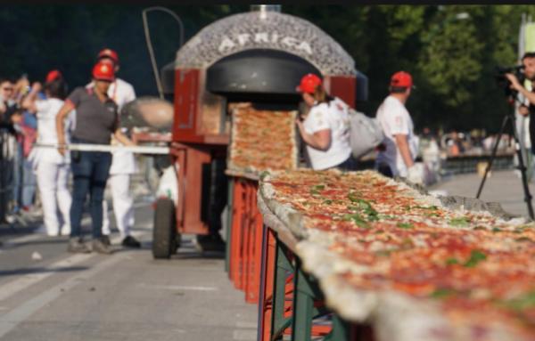 【ナポリ】全長2km!ギネスに登録された世界一長いピザが話題に!