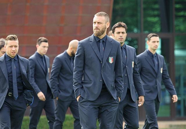 スーツを着たサッカーイタリア代...