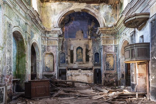 1980年の地震で倒壊した建物内