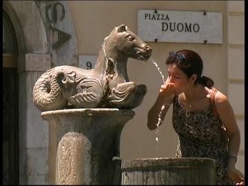 イタリア各地にある噴水http://footage.framepool.com/shotimg/853723489-fontana-del-minotauro-piazza-duomo-taormina-getto-d'acqua.jpg