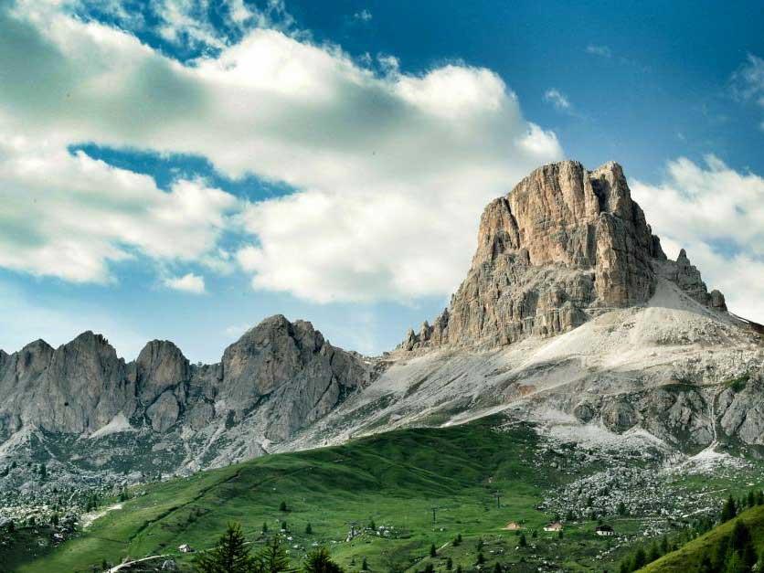 ドロミーティ http://www.italia.it/fileadmin/src/img/cluster_gallery/montagna/dolomiti_monte_averau.jpg