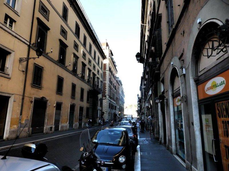 ローマの街角(ポポロ広場へまっすぐに伸びる道)