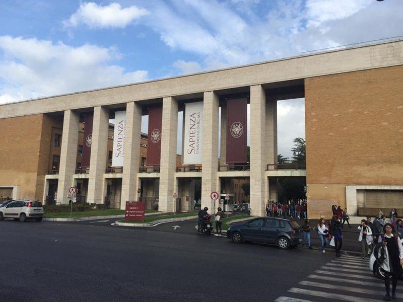 正面から見たローマ大学