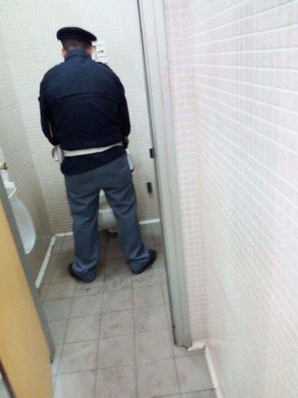 「警察署でトイレをするときは、ドアが壊れて取り外されているので、みんなに見られながら用を足さないといけないのが困る。」