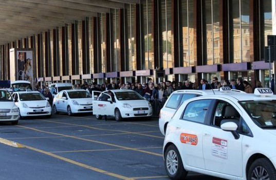 イタリア移動は完璧!タクシーの乗り方・呼び方・注意点を完全解説