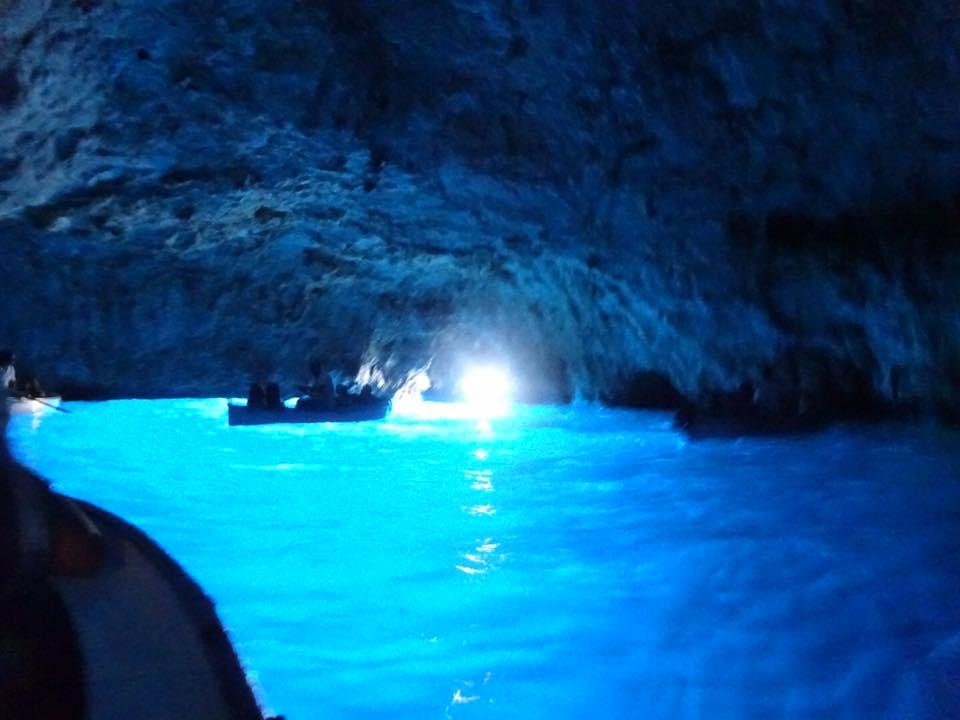 から 洞窟 の ここ まで 青 【イタリア】カプリ島 青の洞窟に入れるのか!?洞窟まで陸路で♪
