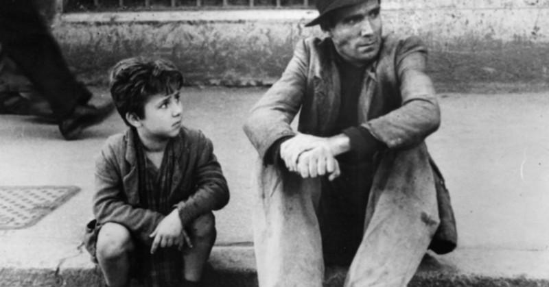 イタリア映画『自転車泥棒』交わることのない親子の目線と現実の厳しさ